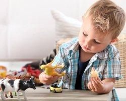 Enfant De 3 Ans Et Assistante Maternelle